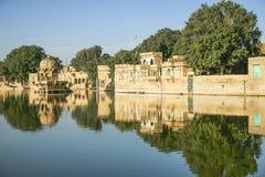 Gadi Sagar tempel på Gadisar sjön med reflexion Royaltyfri Bild