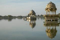 Gadi Sagar tempel på Gadisar sjön med reflexion Arkivbild