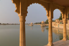 Gadisar sjö i Jaisalmer, Rajasthan stat, Indien Fotografering för Bildbyråer