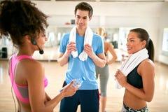 Gadka między exercisers po sprawności fizycznej szkolenia Obraz Royalty Free