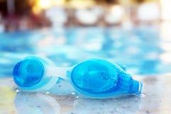 Gafas azules por la piscina Imagen de archivo