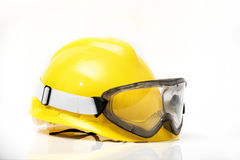 Gafas de seguridad del casco y aisladas en el fondo blanco Fotografía de archivo