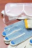 Gafas de seguridad y guantes Imágenes de archivo libres de regalías