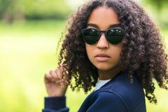 Gafas de sol adolescentes de la muchacha afroamericana de la raza mixta Imagen de archivo libre de regalías