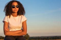 Gafas de sol afroamericanas de la mujer del adolescente de la raza mixta triste Imagen de archivo libre de regalías