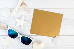 Gafas de sol blancas de los accesorios de la playa del verano, estrellas de mar, sombrero de paja, sh Imágenes de archivo libres de regalías