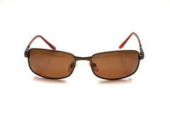 Gafas de sol de Brown en un fondo brillante con la reflexión y la transparencia Foto de archivo libre de regalías