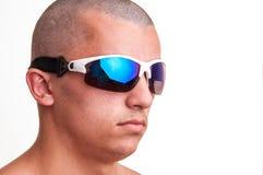 Gafas de sol de la moda del individuo que llevan calvo que presentan contra un backg blanco Fotografía de archivo