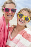 Gafas de sol de la muchacha de la mujer de la hija de la madre en la playa Imagenes de archivo