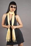Gafas de sol de la mujer asiática y alineada del punto de polca que desgastan imagen de archivo libre de regalías