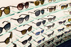 Gafas de sol de lujo para la venta en la exhibición de la ventana de la tienda Imagenes de archivo