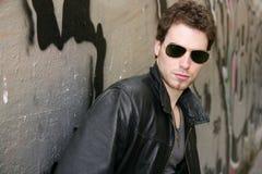 Gafas de sol del hombre joven de la estrella del rock del eje de balancín Imagen de archivo libre de regalías