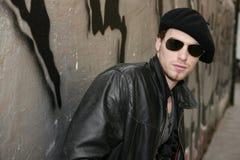 Gafas de sol del hombre joven de la estrella del rock del eje de balancín Fotos de archivo libres de regalías