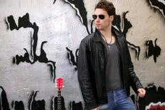 Gafas de sol del hombre joven de la estrella del rock del eje de balancín Imagen de archivo