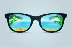 Gafas de sol del verano con la reflexión de la playa Fotos de archivo