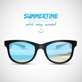 Gafas de sol del verano con la reflexión de la playa Imagen de archivo
