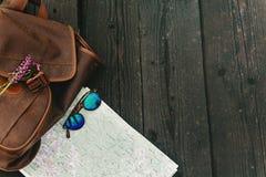 Gafas de sol elegantes de la mochila del inconformista con los wildflowers púrpuras en m Imagen de archivo libre de regalías