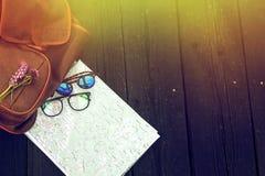 Gafas de sol elegantes de la mochila del inconformista con los wildflowers púrpuras en m Fotografía de archivo