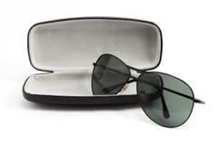 Gafas de sol en caso abierto negro imágenes de archivo libres de regalías