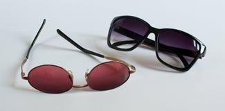 Gafas de sol en el fondo blanco Imagenes de archivo