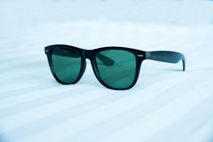 Gafas de sol en el fondo blanco Fotografía de archivo libre de regalías