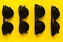 Gafas de sol en espacio vac?o del fondo amarillo foto de archivo libre de regalías