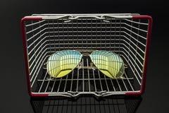 Gafas de sol en la caja de las compras Imagen de archivo libre de regalías
