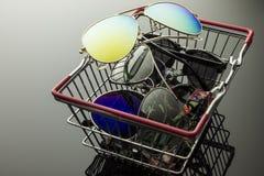 Gafas de sol en la caja de las compras Fotografía de archivo libre de regalías