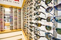 Gafas de sol en la exhibición imagenes de archivo