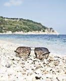 Gafas de sol en la playa Fotografía de archivo libre de regalías