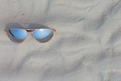 Gafas de sol en la playa Fotos de archivo libres de regalías