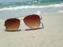 Gafas de sol en la playa Imagen de archivo libre de regalías