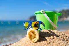 Gafas de sol en la playa Fotos de archivo