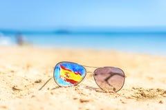 Gafas de sol en la playa Bandera España Fotos de archivo