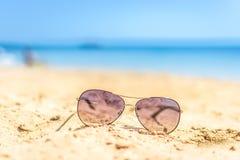 Gafas de sol en la playa Fondo Mar Imagen de archivo