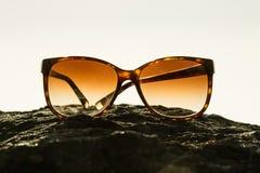 Gafas de sol en la puesta del sol Foto de archivo libre de regalías