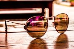 Gafas de sol en la tabla Foto de archivo libre de regalías