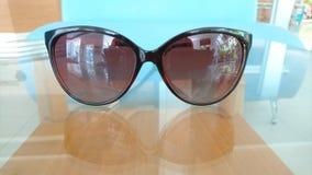 Gafas de sol en la tabla de cristal Imagenes de archivo