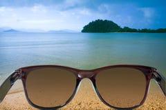 Gafas de sol en los paisajes marinos fotografía de archivo libre de regalías
