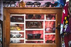 Gafas de sol en un caso Foto de archivo libre de regalías