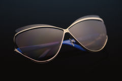 Gafas de sol en un fondo negro Imágenes de archivo libres de regalías
