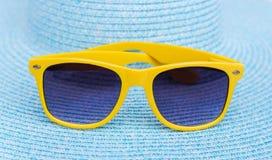 Gafas de sol en un sombrero del mar foto de archivo libre de regalías