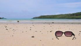 Gafas de sol en una playa de la isla fotos de archivo