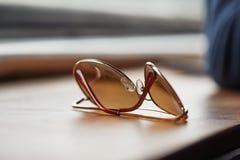 Gafas de sol en una tabla Fotos de archivo libres de regalías
