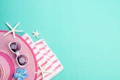 Gafas de sol de los accesorios de la playa, sombrero de la playa de las estrellas de mar de la chancleta y cáscara del mar en el  imagen de archivo libre de regalías
