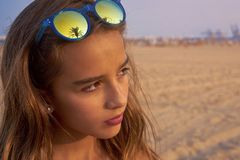 Gafas de sol morenas de la muchacha con la palmera Imagen de archivo
