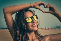 Gafas de sol morenas de la muchacha con la palmera Fotografía de archivo libre de regalías