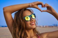 Gafas de sol morenas de la muchacha con la palmera Imágenes de archivo libres de regalías