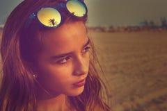 Gafas de sol morenas de la muchacha con la palmera Fotos de archivo libres de regalías