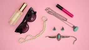 Gafas de sol, Necklase, Braclet, Earings y barra de labios - los productos de belleza paran la animación del movimiento almacen de video